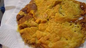 use kitchen paper to absorb excess of oil used while cooking the vegan omelette